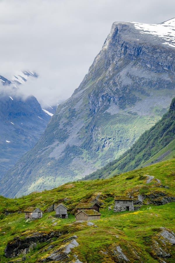 Pueblo de montaña noruego con las casas tradicionales del tejado del césped, Geiranger, región de Sunnmore, más condado de Romsda fotos de archivo libres de regalías