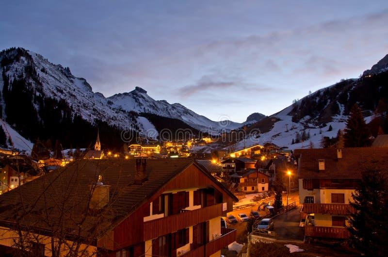 Pueblo de montaña pacífico en la noche con algo de nieve fotografía de archivo libre de regalías