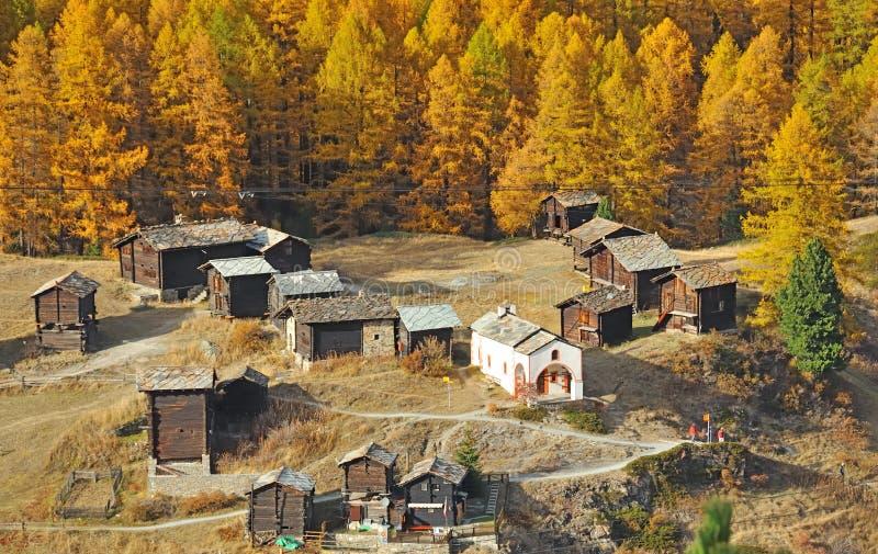 Pueblo de montaña sobre zermatt imagen de archivo
