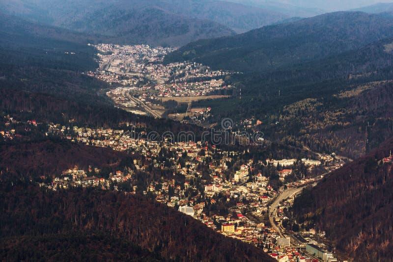 Pueblo de montaña visto desde arriba imagen de archivo