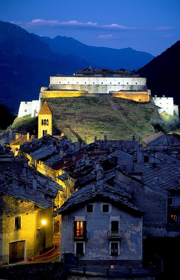 Pueblo de montaña y fortaleza foto de archivo
