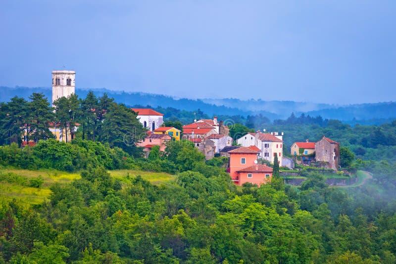 Pueblo de Oprtalj en colinas verdes fotografía de archivo libre de regalías