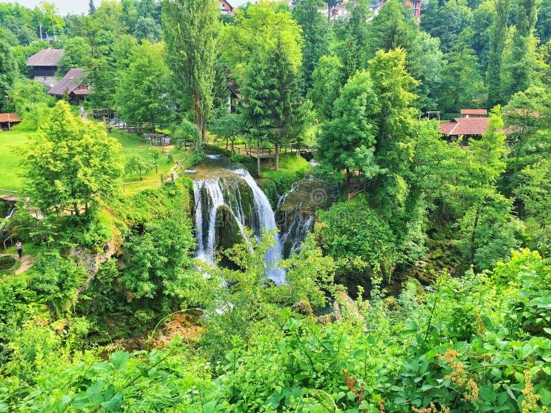 Pueblo de Rastoke en el río de Korana Croacia imagenes de archivo