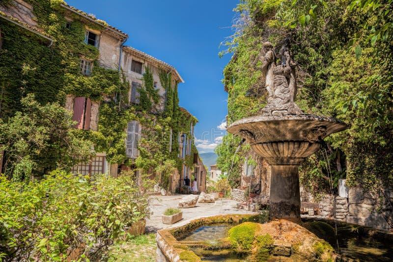 Pueblo de Saignon con la fuente en el Luberon, Provence, Francia imagen de archivo