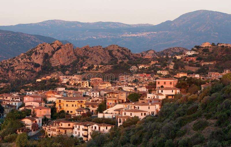 Pueblo de Santa Maria Navarrese en Cerdeña en la luz caliente de la salida del sol, Italia, paisaje marino sardo típico, pueblo sa fotos de archivo