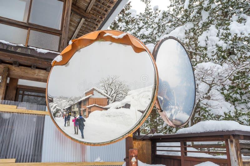 Pueblo de Shirakawago en el espejo foto de archivo