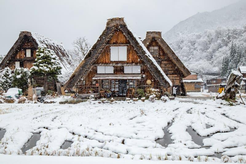 Pueblo de Shirakawago en Gifu, Japón con la cubierta de nieve fotografía de archivo