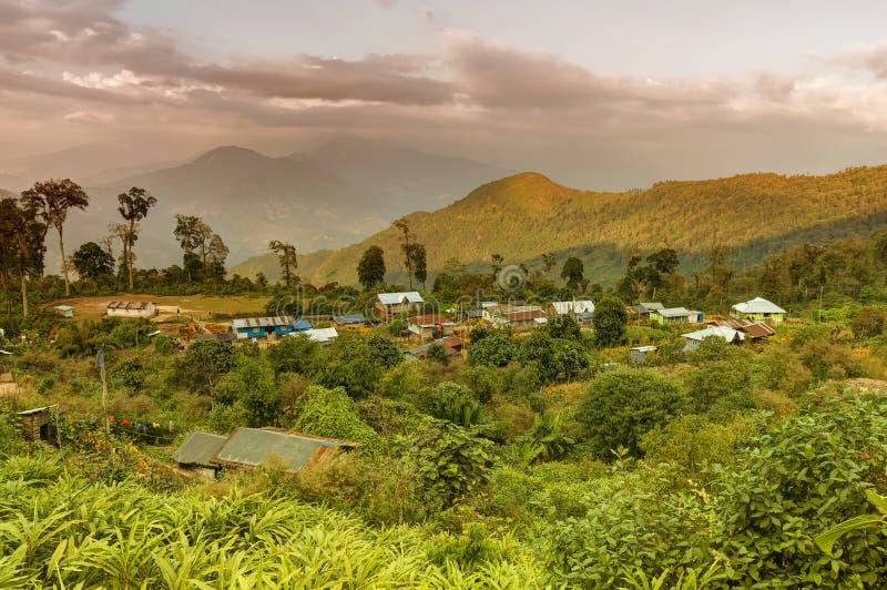 Pueblo de Silerygaon, con la montaña Himalayan en contexto, Sikkim imagenes de archivo