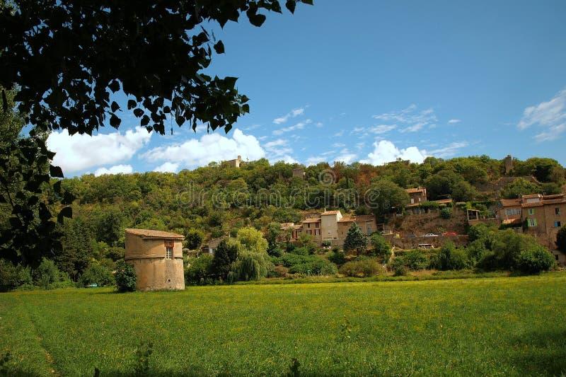 Pueblo de sujetadores, Provence, Francia con el palomar del siglo XII en primero plano contra el cielo azul y las nubes foto de archivo