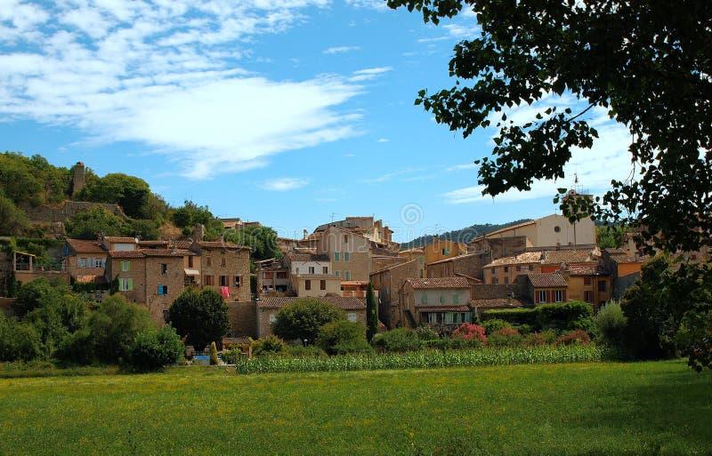 Pueblo de sujetadores, Provence, Francia contra el cielo azul y las nubes foto de archivo