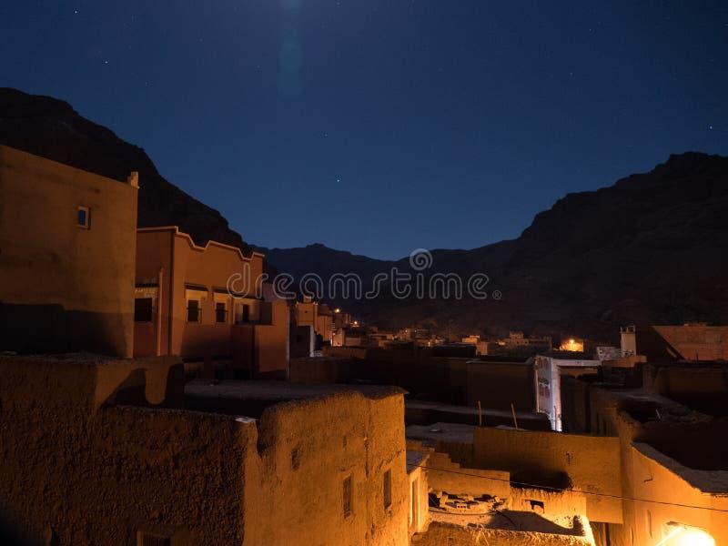Pueblo de Todra en Marruecos en la noche imagenes de archivo