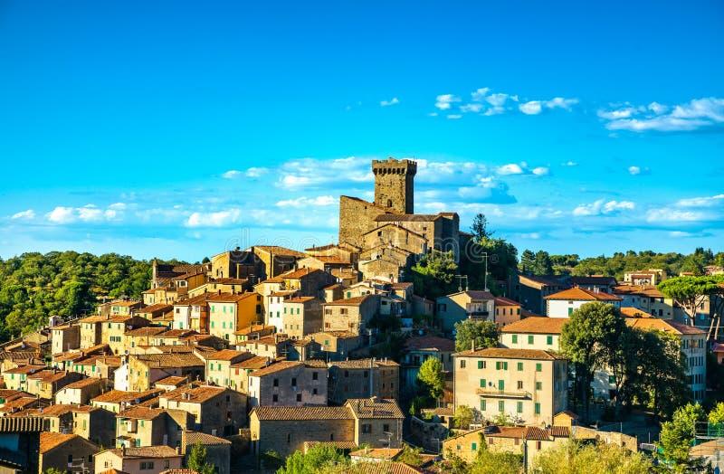 Pueblo de Toscana, de Arcidosso y torre medievales Monte Amiata, Gro fotos de archivo