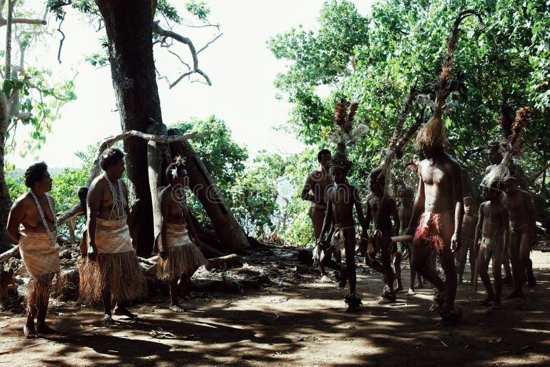 Pueblo de Walarano, isla de Malekula/Vanuatu - 9 DE JULIO DE 2016: baile tribal local del hombre y de la mujer durante una celebr imagen de archivo