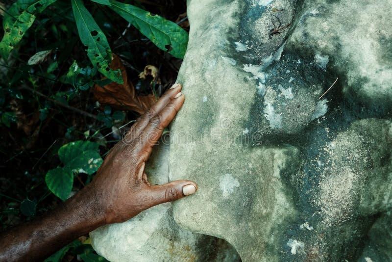 Pueblo de Walarano, isla de Malekula/Vanuatu - 9 DE JULIO DE 2016: los aldeanos locales dan con una roca que fue utilizada para e fotografía de archivo