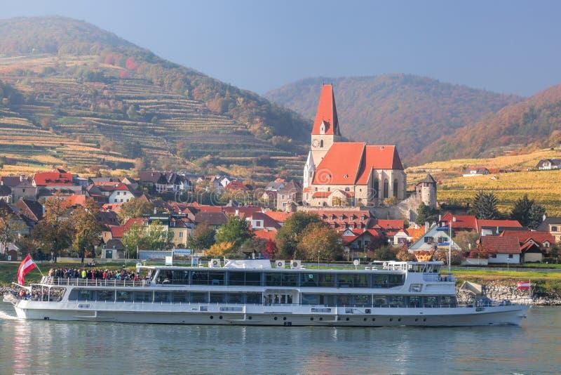 Pueblo de Weissenkirchen con el barco en el río Danubio en Wachau, Austria imagen de archivo