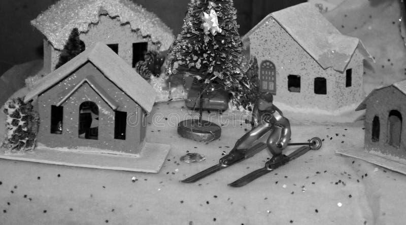 Pueblo del árbol de Chrismas con blanco y negro pasado de moda de la estatuilla del esquí fotografía de archivo libre de regalías