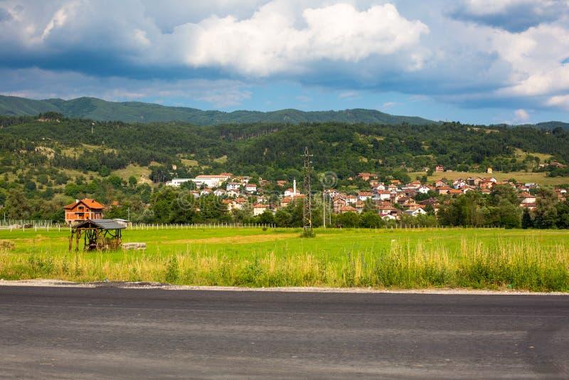 Pueblo del búlgaro de la visión aérea Paisaje de las montañas foto de archivo libre de regalías