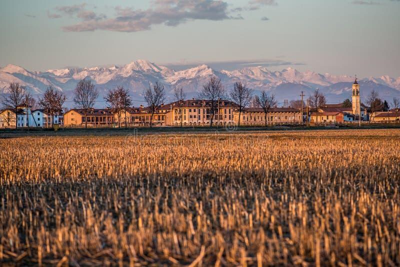 Pueblo del campo del valle del Po en la puesta del sol Italia fotografía de archivo libre de regalías
