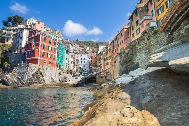 Pueblo del pescador de Riomaggiore en Cinque Terre, Italia fotografía de archivo libre de regalías