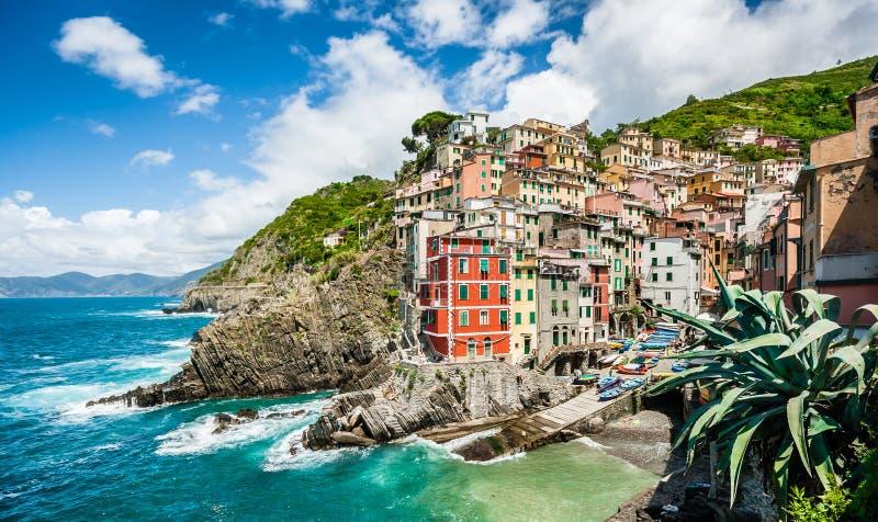 Pueblo del pescador de Riomaggiore en Cinque Terre, Liguria, Italia foto de archivo