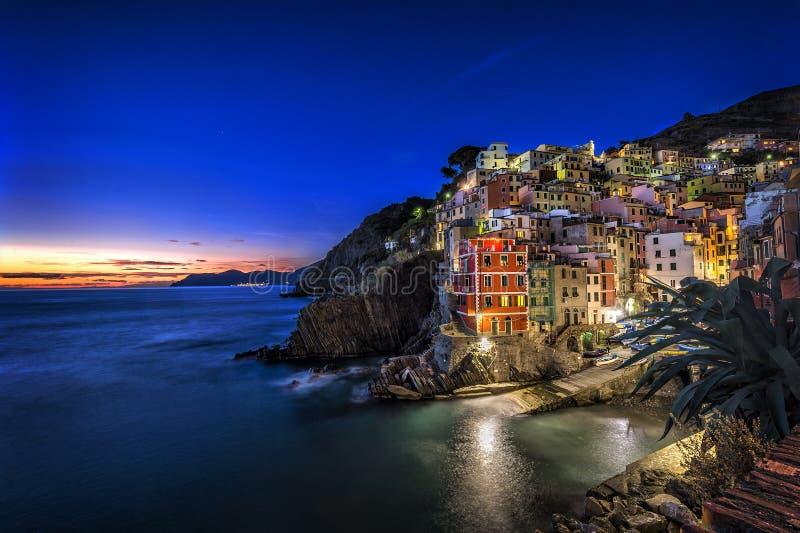 Pueblo del pescador de Riomaggiore en la puesta del sol Cinco tierras y x28; Cinque Terre y x29; , Liguria, Italia foto de archivo