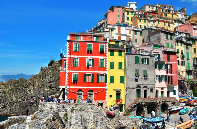 Pueblo del pescador de Riomaggiore Es uno de cinco pueblos coloridos famosos de Cinque Terre National Park en Italia imagen de archivo