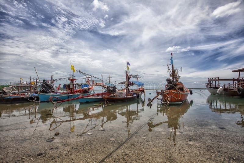 Pueblo del pescador en Koh Samui, Tailandia MOO de muchos barcos de pesca imagen de archivo