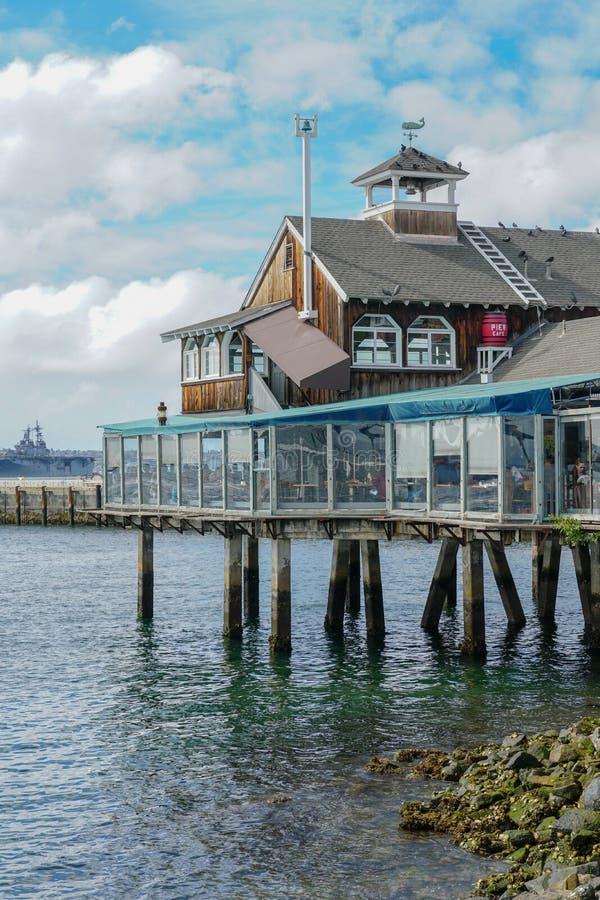 Pueblo del puerto, compras de la costa y complejo de la cena adyacente a San Diego Bay foto de archivo