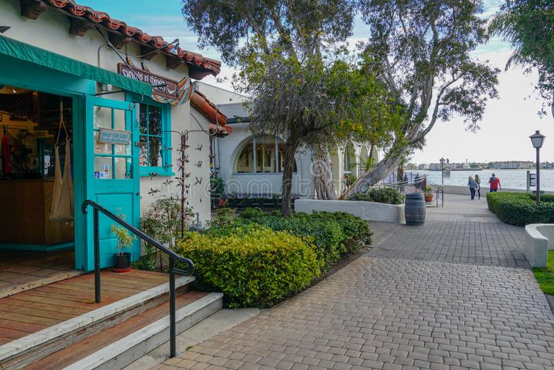 Pueblo del puerto, compras de la costa y complejo de la cena adyacente a San Diego Bay imagenes de archivo
