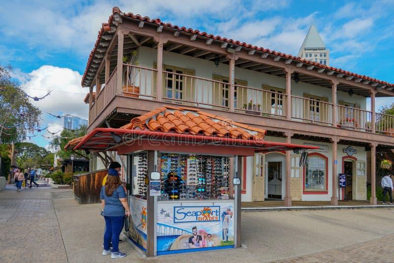 Pueblo del puerto, compras de la costa y complejo de la cena adyacente a San Diego Bay fotografía de archivo libre de regalías