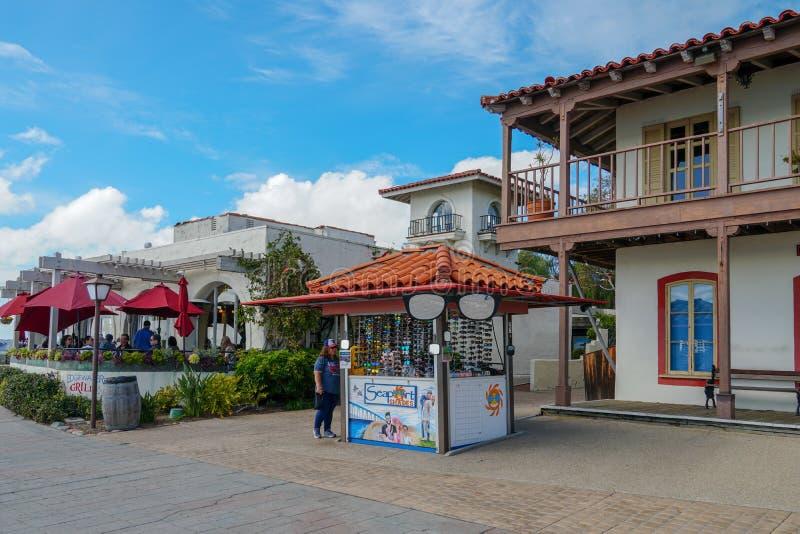 Pueblo del puerto, compras de la costa y complejo de la cena adyacente a San Diego Bay imágenes de archivo libres de regalías