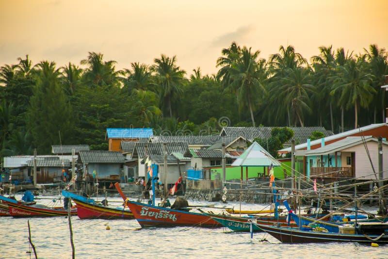 Pueblo del ` s del pescador con los barcos coloridos durante puesta del sol, Koh Samui, Tailandia fotografía de archivo