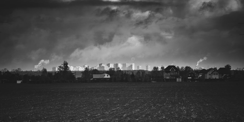 Pueblo delante de una ciudad fotografía de archivo libre de regalías