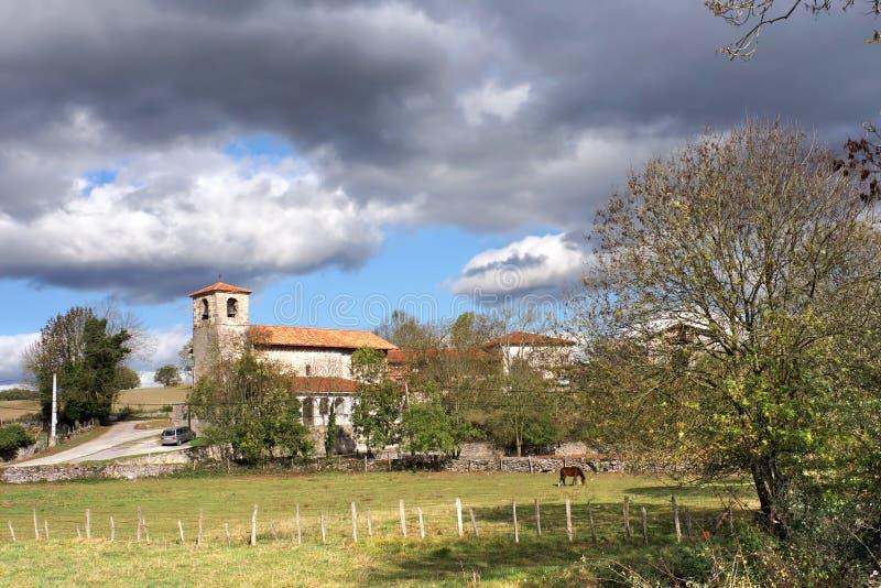 Pueblo en campo con la iglesia fotografía de archivo libre de regalías