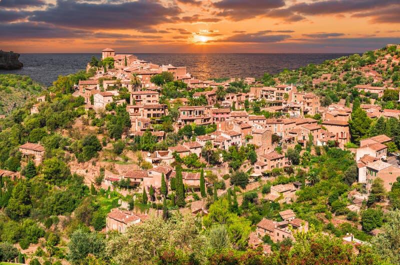 Pueblo en el tiempo de la puesta del sol, islas de Palma Mallorca, España de Deia fotografía de archivo