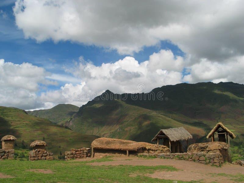 Pueblo en el valle sagrado en Perú imagenes de archivo