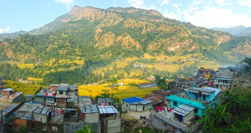 Pueblo en el viaje de Annapurna de las montañas de Himalaya imagen de archivo