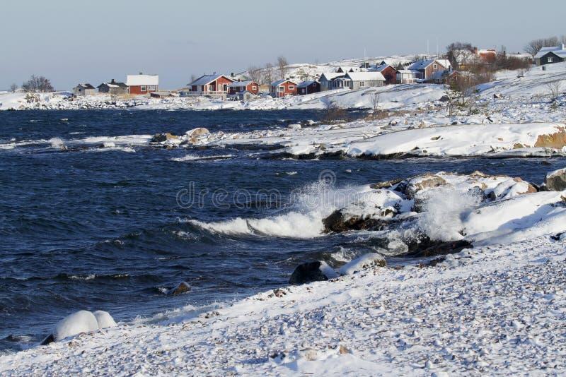 Pueblo en invierno, Finlandia, mar Báltico de Jurmo imágenes de archivo libres de regalías