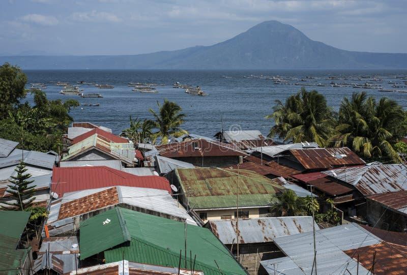 Pueblo en la orilla del lago en Batangas, las Filipinas del volcán de Taal imagen de archivo