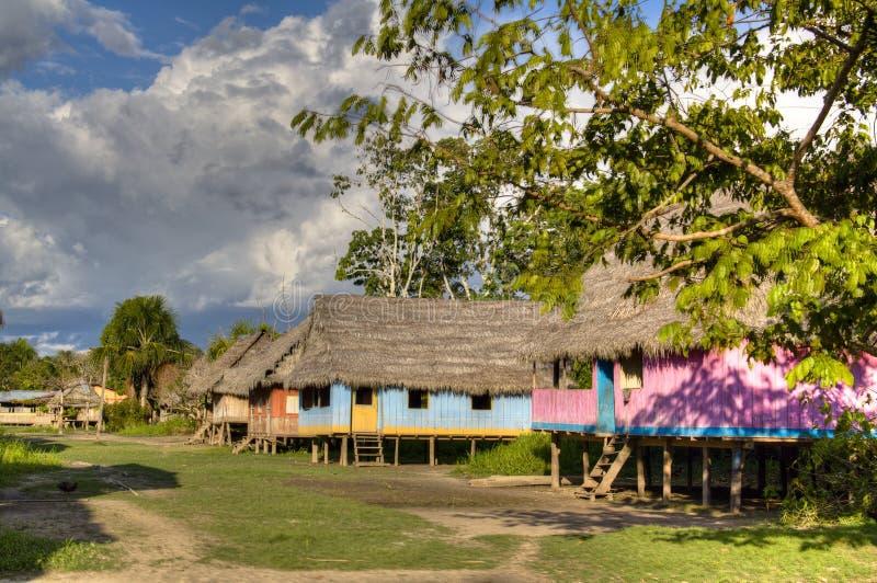 Pueblo en la selva tropical del Amazonas imagen de archivo