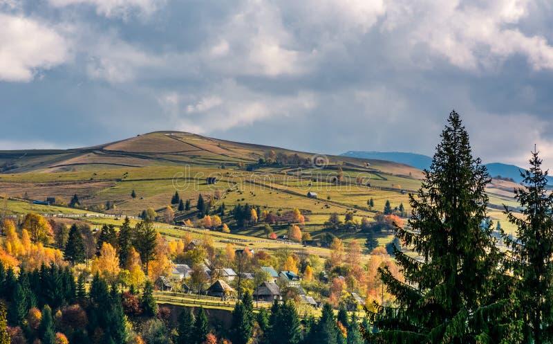 Pueblo en las laderas en montañas fotos de archivo