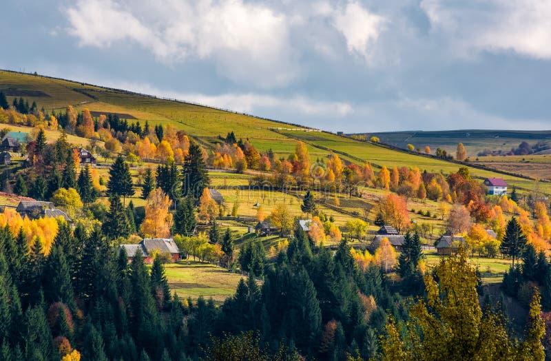Pueblo en las laderas en montañas foto de archivo