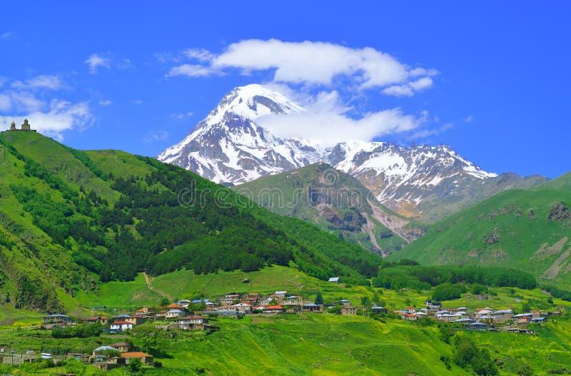 Pueblo en las montañas del Cáucaso fotografía de archivo libre de regalías