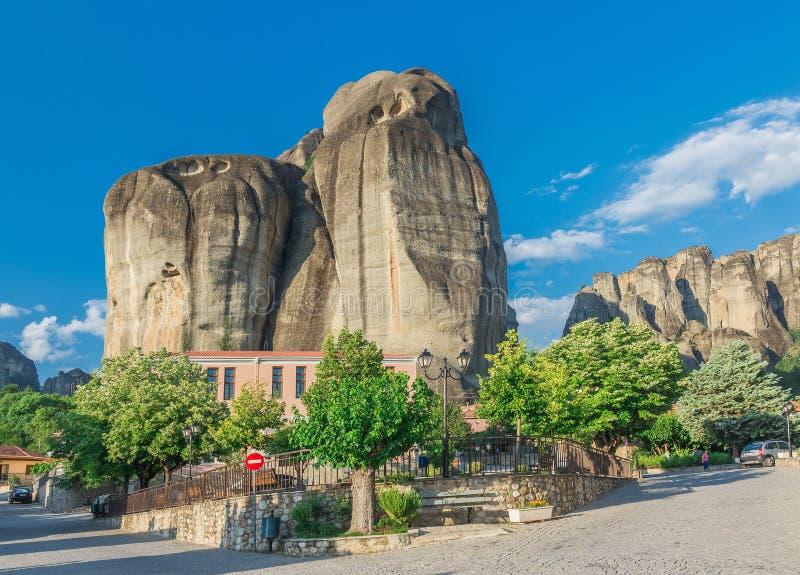 Pueblo en las monta?as de Meteora, Grecia de Kastraki fotografía de archivo libre de regalías