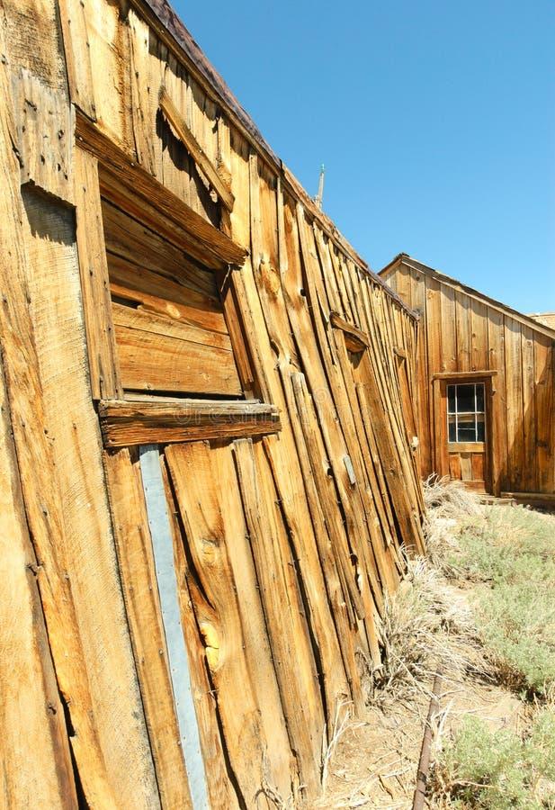 Pueblo fantasma de Bodie, edificios en decaimiento arrestado imagen de archivo