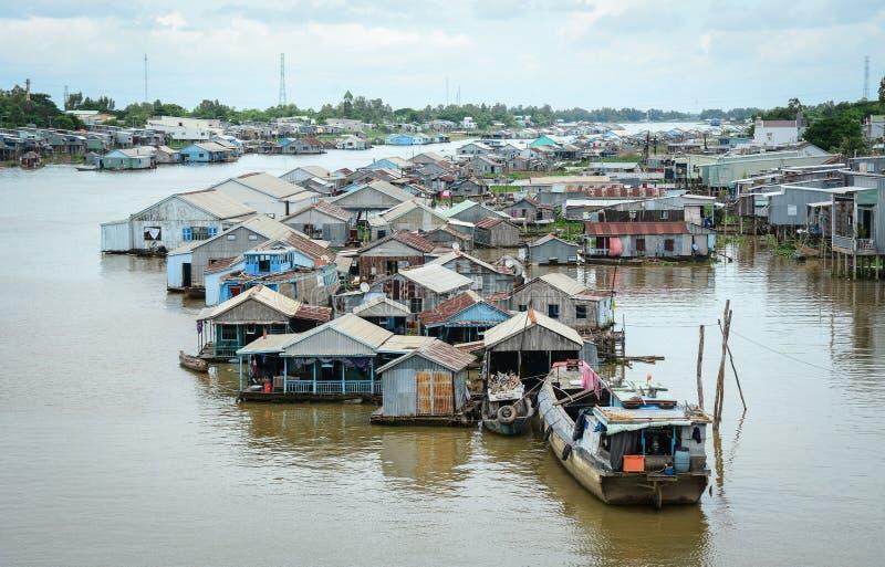 Pueblo flotante en el delta del Mekong, Vietnam imagen de archivo libre de regalías