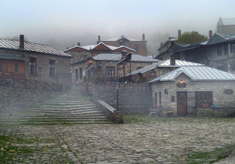 Pueblo griego del traditiona de Nymphaeon en niebla imagen de archivo