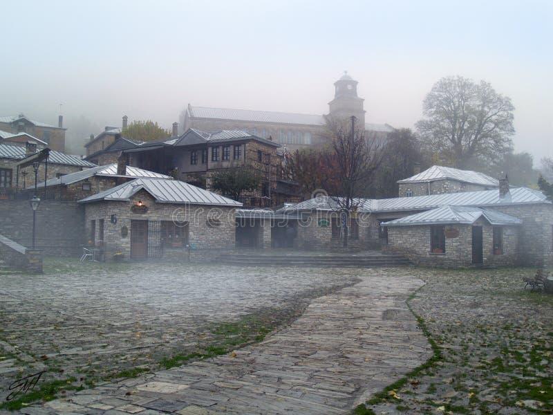 Pueblo griego del traditiona de Nymphaeon en niebla foto de archivo libre de regalías