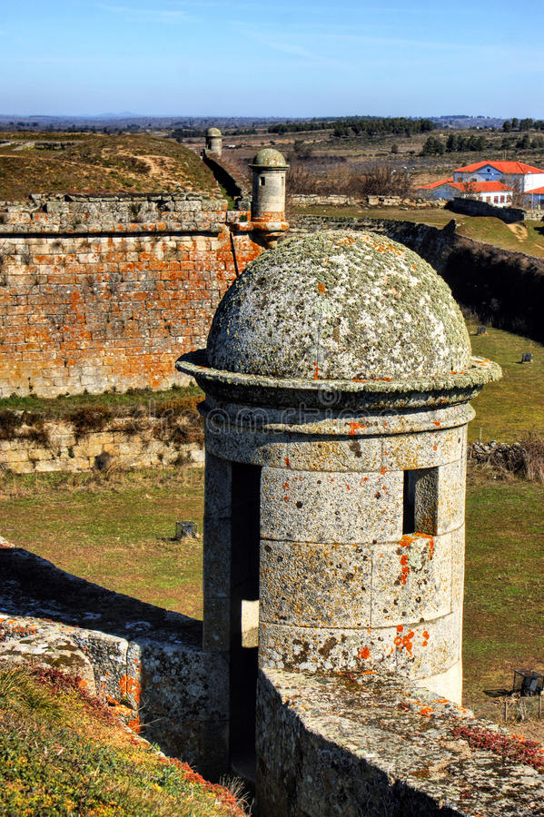 Pueblo histórico de Almeida y paredes fortificadas fotos de archivo