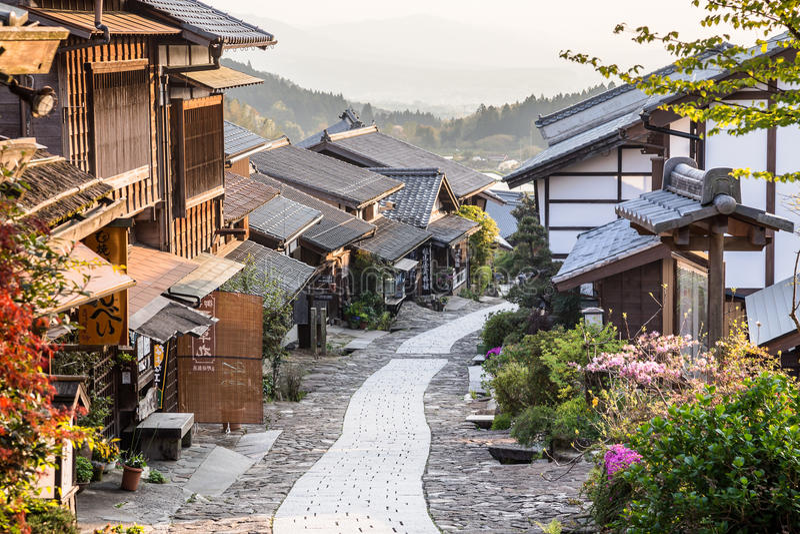 Pueblo histórico del puesto de operaciones del ` s de Japón de Magome en la puesta del sol en el valle de Kiso imagenes de archivo